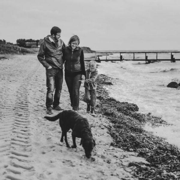 Hanne Storm Edlefsen sammen med sin mand Søren, sønnen Carl på 8 år og labradoren Ina.
